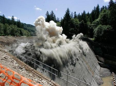 Removal of the Marmot Dam, Sandy River, Oregon (By NOAA, Public Domain, https://commons.wikimedia.org/w/index.php?curid=34629227)